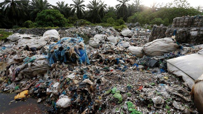 Resíduos em uma fábrica ilegal de reciclagem de plástico na Malásia