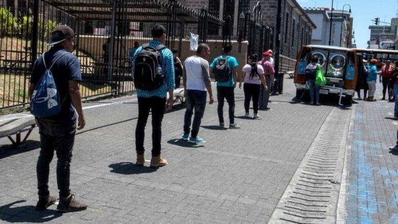 Personas hacen fila en Costa Rica