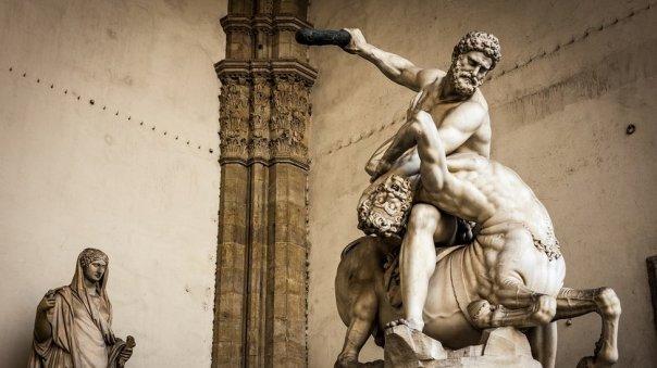 Hércules dominando al centauro Neso en una escultura de mármol creada por Giambologna (1598), en Florencia, Italia
