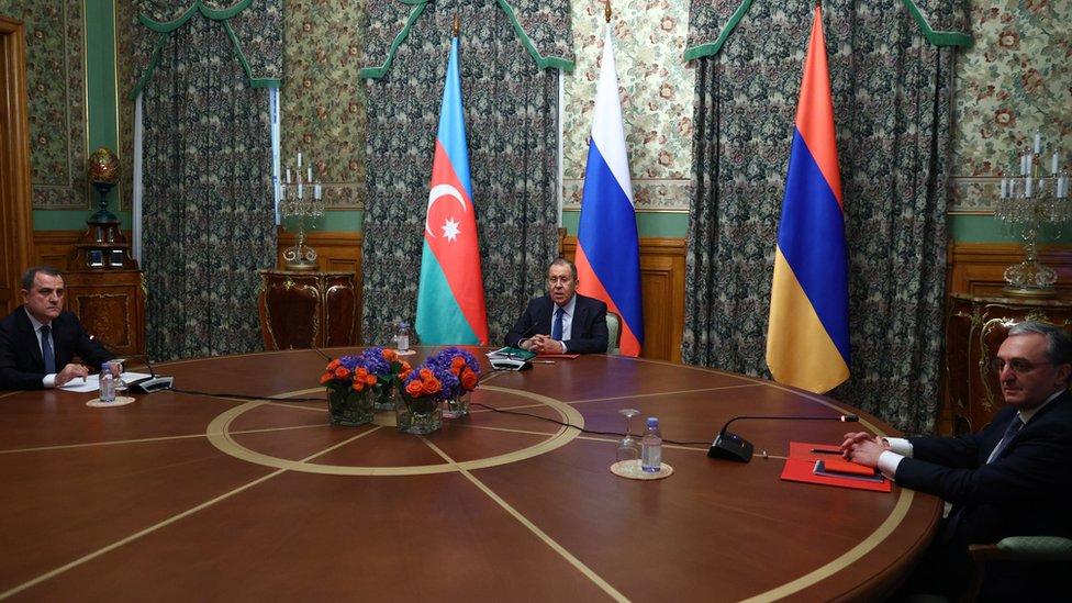 Azerbaycan Dışişleri Bakanı Ceyhun Bayramov (solda), Rusya Dışişleri Bakanı Sergey Lavrov (ortada) ve Ermenistan Dışişleri Bakanı Zohrab Mnatsakanyan (sağda)