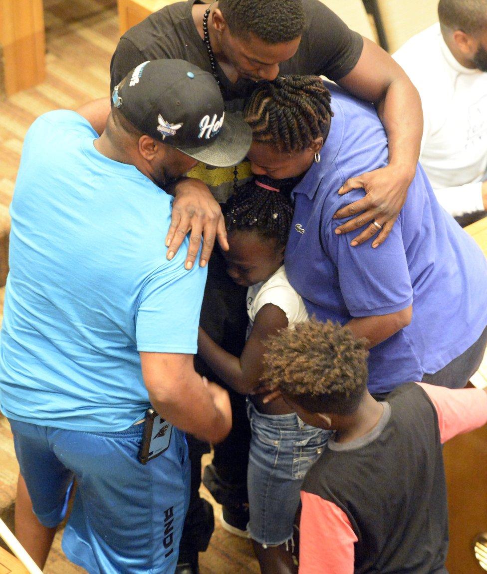 Zianna fue consolado por miembros de la familia después de su discurso