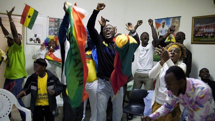 Ghanaians dey celebrate say dia team win football match