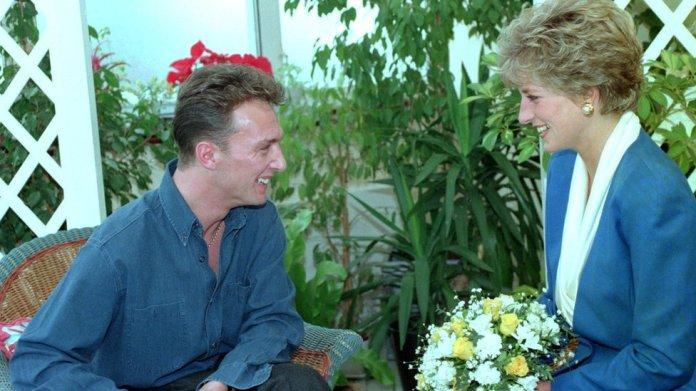 La princesa Diana con un paciente con sida en un hospital de Londres en 1991.