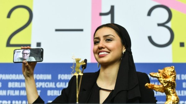 The daughter of director Baran Rasoul F. who received the award on his behalf