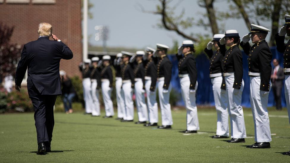 Donald Trump saluda miembros de la Guardia Costera.