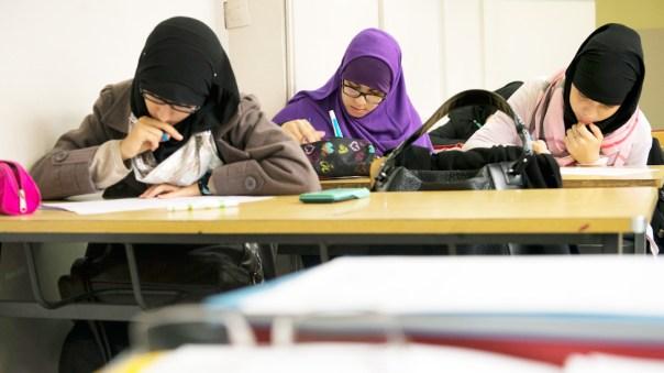 Jóvenes musulmanas en un salón de clase