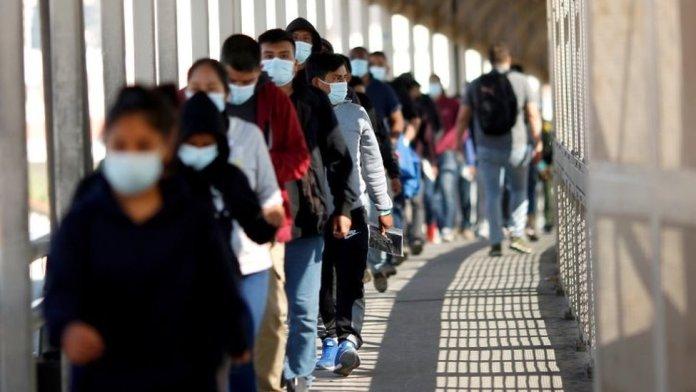 Migrantes expulsos dos EUA sendo mandados de volta ao México, sob a medida conhecida como Title 42