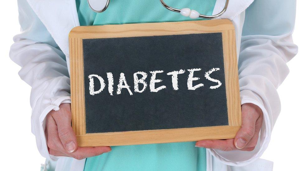 Tablero con la palabra diabetes escrita en él.