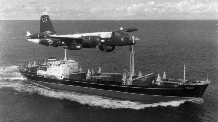 Un avión estadounidense escoltando a un barco soviético.