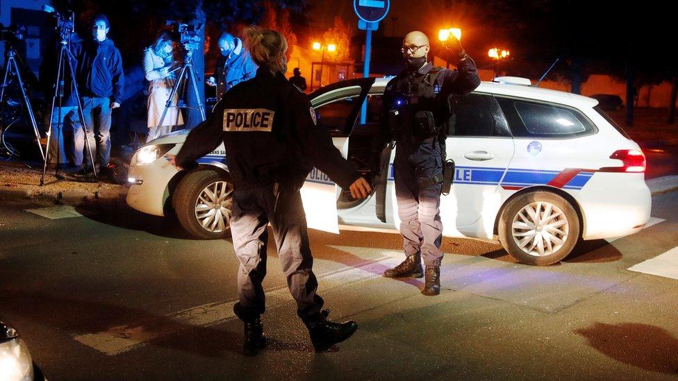 Des policiers sécurisent la zone près du lieu d'une attaque au couteau dans la banlieue parisienne de Conflans-Sainte-Honorine, France.  Photo: 16 octobre 2020.