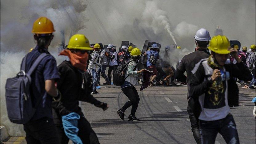 117479139 066071725 - Myanmar: la impactante historia detrás de la foto de la monja arrodillada frente a unos policías en Myanmar