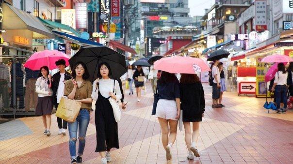 Mujeres caminando en Corea del Sur.