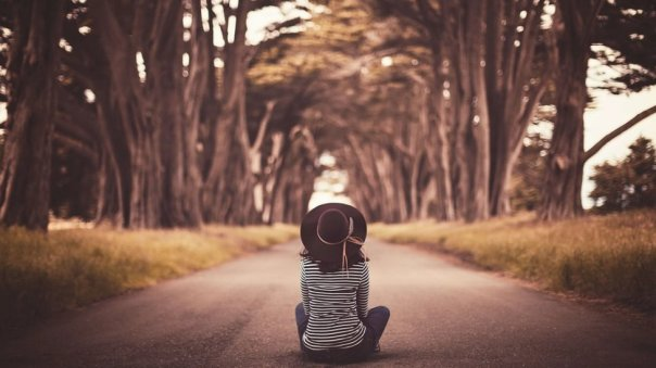 Chica entre árboles.