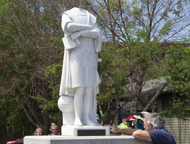 Una estatua de Colón decapitada en Boston