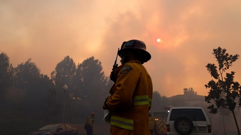 Les pompiers se rassemblent à l'approche du Silverado Fire, près d'Irvine, en Californie