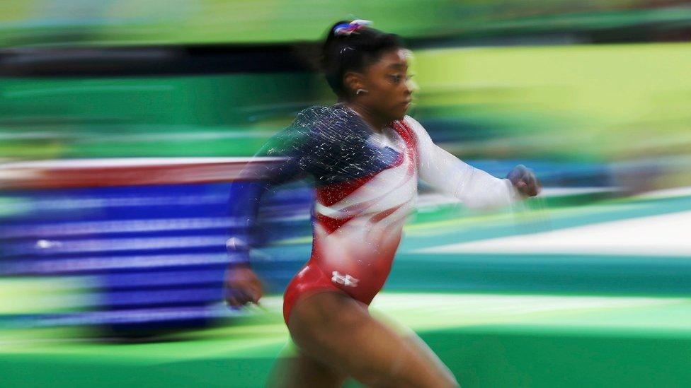 Simone Biles en una de sus rutinas en las Olimpiadas