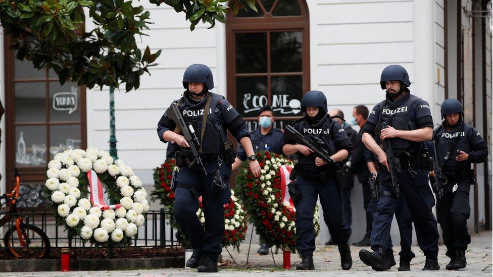 Des policiers sur le site de la cérémonie de dépôt de gerbes à Vienne, Autriche, 3 novembre 2020