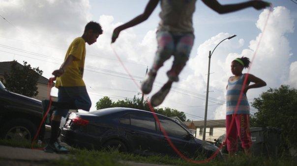 Niños juegan en Nueva Orleans.