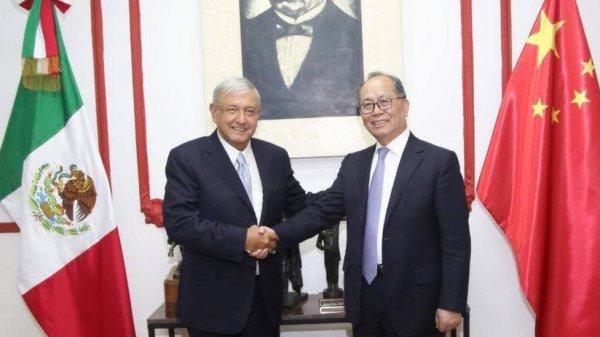 López Obrador y el embajador Qiu Xiaoqi