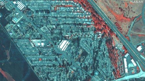 Esta imagen infrarrojos muestra casas destruidas en Phoenix, Oregón: la vegetación y las propiedades quemadas en gris, lo que sobrevive, en rojo.