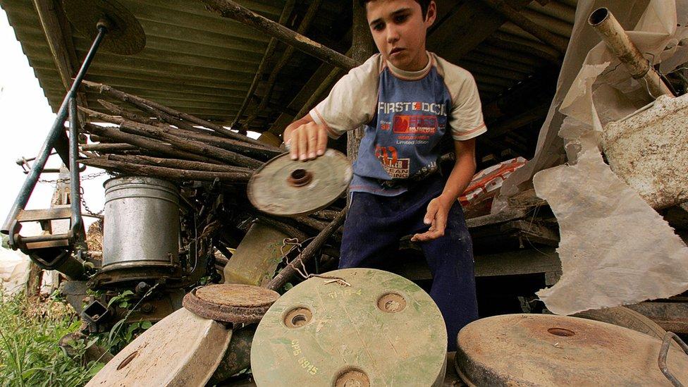 Un niño con una mina terrestre.