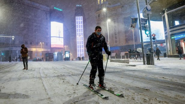 A person skis on the Gran Via in central Madrid
