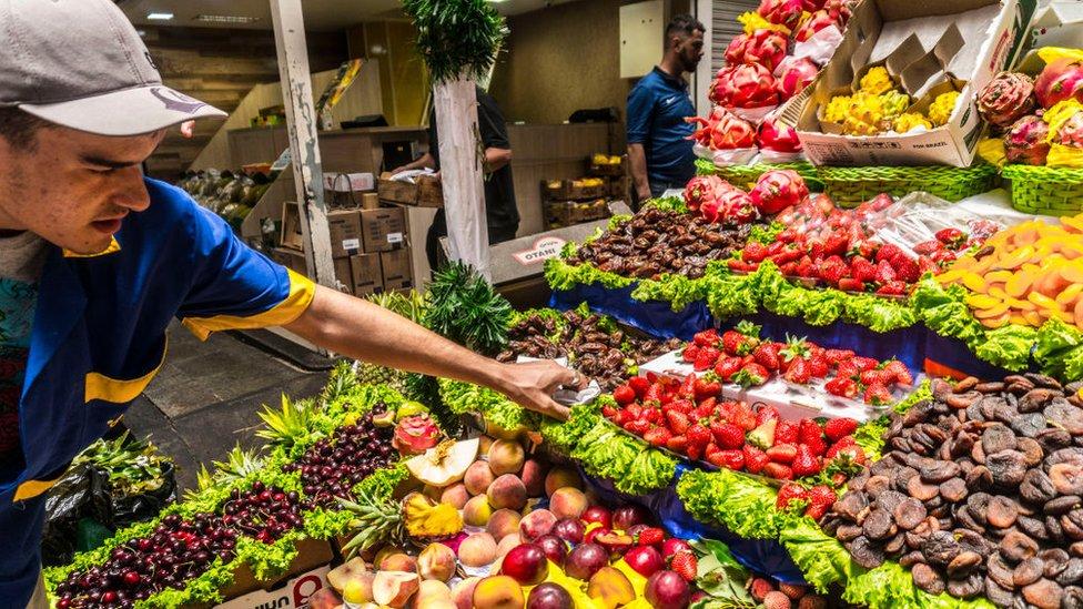 Trabajador en mercado de verduras
