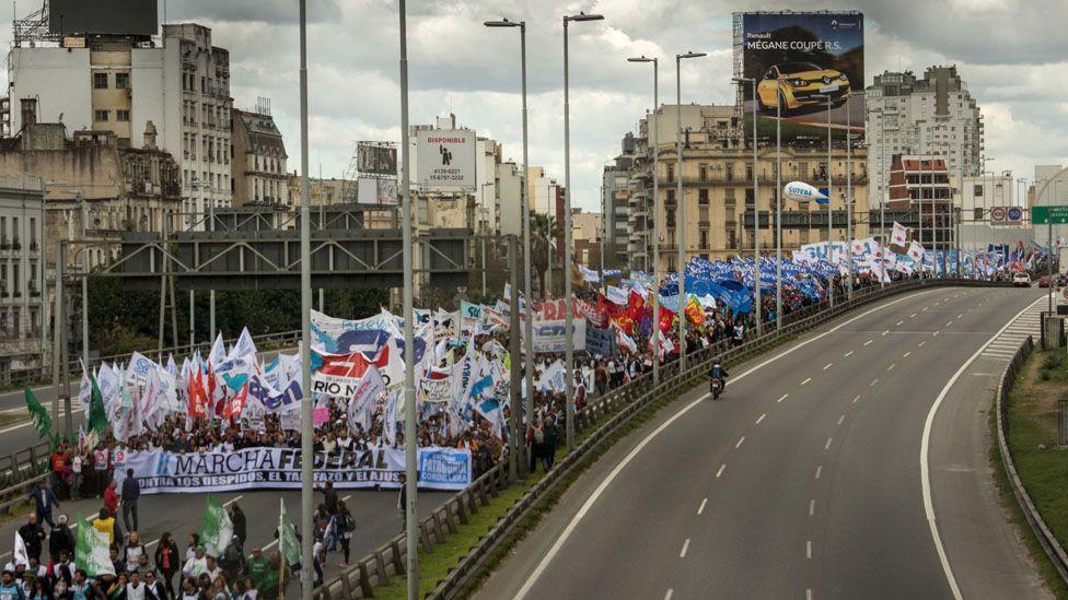 """Millones de Argentina han realizado multitudinarias protestas en contra de Macri durante el llamado """"tarifazo""""."""