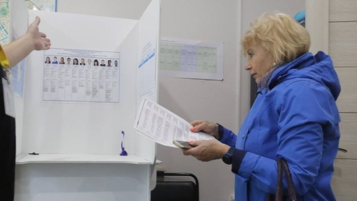 A woman prepares to cast her bulletin during an early voting in Moscow, Russia. Photo: 11 September 2020