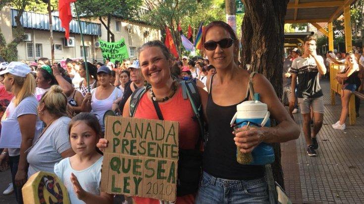 कार्मेन डोलोरेस पिनेइरो और उनके दोस्त और बेटी एक समर्थक चुनाव में