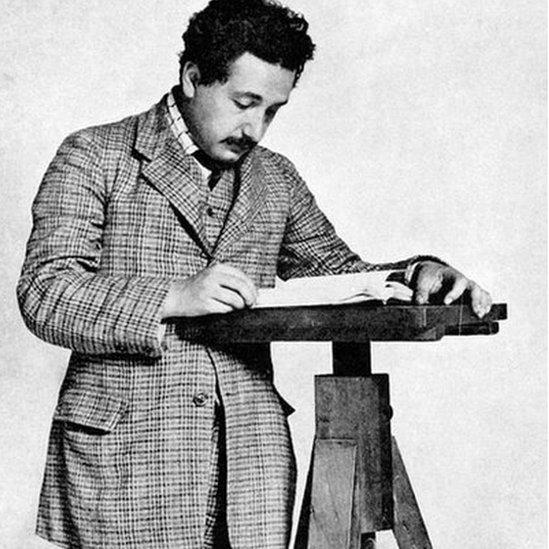 Einstein leyendo papeles a los 26 años.