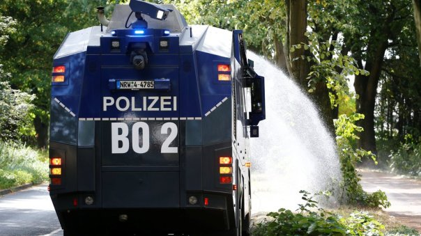 Un vehículo de la policía regando plantas en Alemania.