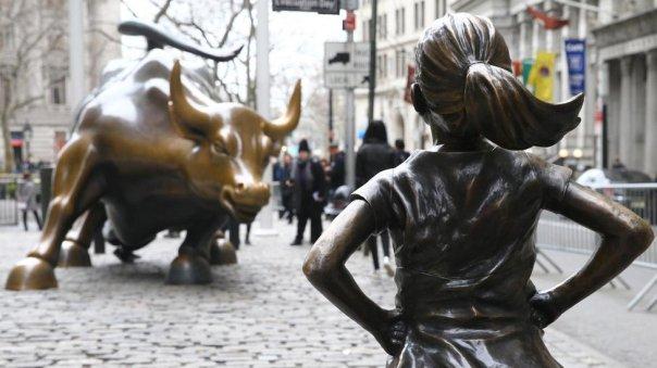 La escultura de la niña que se enfrenta al toro de Wall Street, en Nueva York