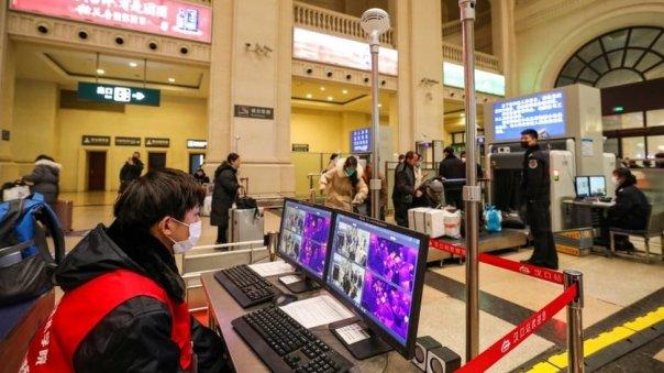 Un escáner detecta la temperatura de los pasajeros en la estación de tren de Hankou.