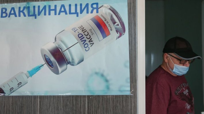 Čevek prolazi pored reklame za vakcinu