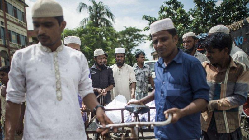 Warga Bangladesh mengurus jenazah
