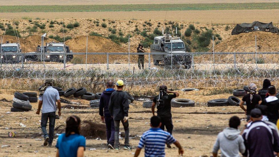 Soldados israelíes y manifestantes palestinos se enfrentan en la frontera de Gaza.