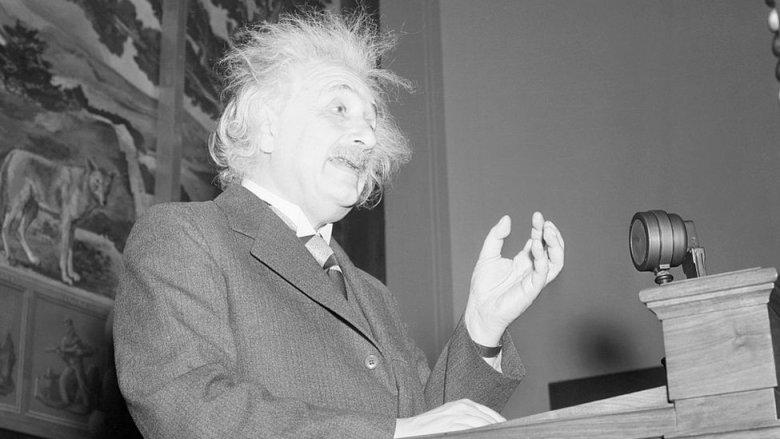 Einstein despeinado dando una charla en Washington en 1940.