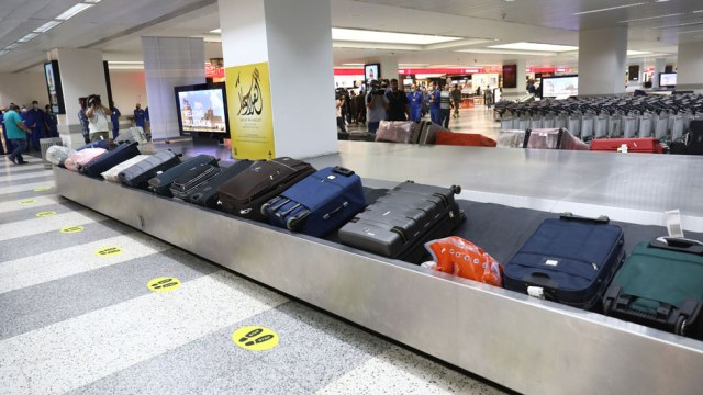 Cinta transportadora con valijas en un aeropuerto