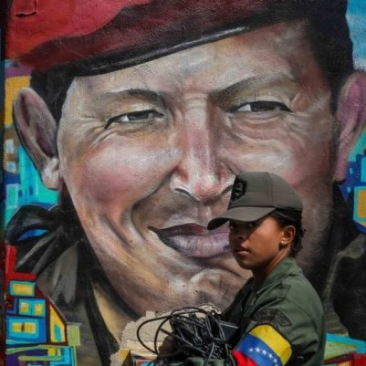 Un mural de Hugo Chávez y una soldado
