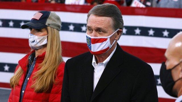 Les sénateurs républicains David Perdue et Kelly Loeffler regardent avant que le président américain Donald Trump organise un événement de campagne