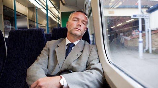 Hombre durmiendo en tren