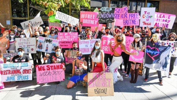 جمهور بريتني سبيرز خارج المحكمة في لوس أنجليس