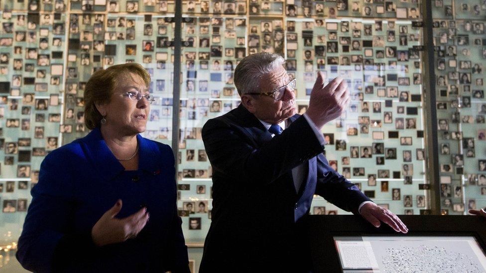 El presidente de Alemania, Joachim Gauck, junto a su par chilena, Michelle Bachelet