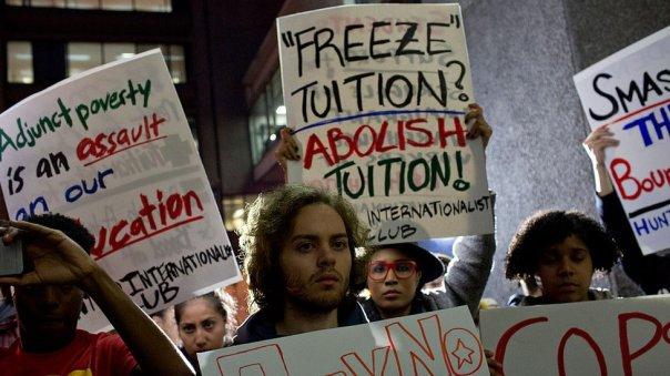 Protesta contra los altos costos de la educación universitaria en Estados Unidos.