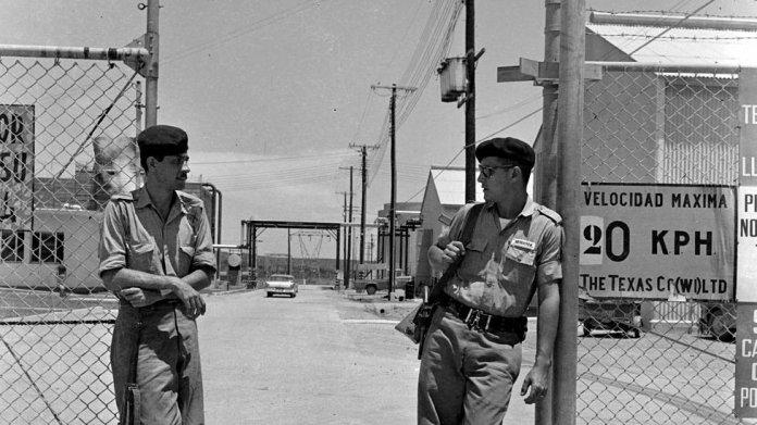 Militares cubano en la entrada de la refinería Texaco en Cuba.