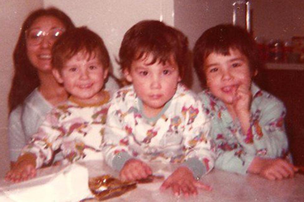 Blanche junto a sus tres hijos en 1980.
