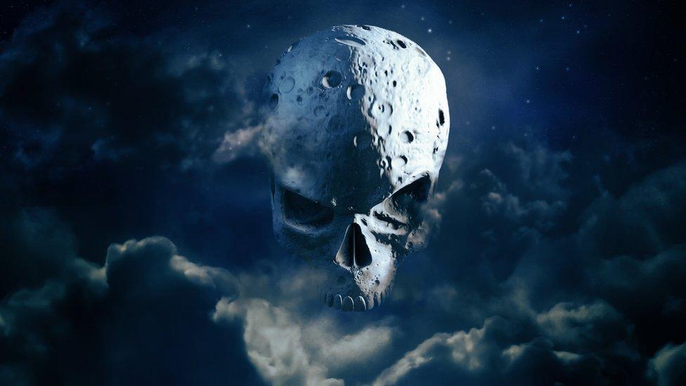 Luna con forma de monstruo