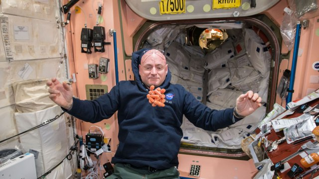 Scott Kelly y zanahorias que flotan