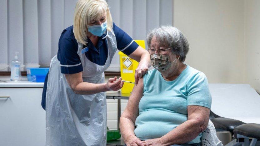 116349316 gettyimages 1230423887 - Inglaterra regresa al confinamiento estricto ante el riesgo de colapso de su sistema de salud